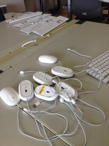 学生研究室のiMacのマウスやキーボードは3年生のボランティア活動で奇麗にしてもらった。本当に感謝しています。