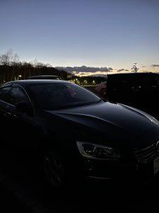 夕暮れの黒い車